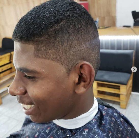 """bn 2 - Barbeiro cortou de graça o cabelo de um rapaz que lhe ofereceu R$1,75 para fazer o """"pezinho"""""""