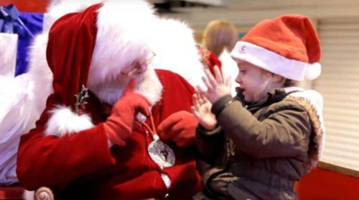 papai noel menina surda2 - Papai Noel fala com menininha surda em linguagem de sinais e a deixa Surpresa