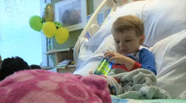 1 1 - Menino de 6 anos que venceu o câncer é aplaudido pelos colegas (Vídeo)