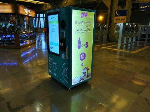 1 2 - São Paulo dá início a projeto que troca garrafa pet por crédito em transporte público