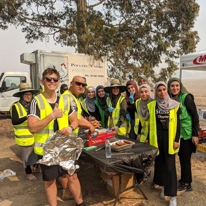 1 4 - Comunidade muçulmana traz 5 caminhões de suprimentos e cozinha refeições para bombeiros exaustos na Austrália