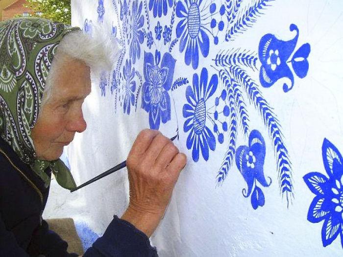 1 6 - Avó tcheca de 90 anos transforma pequena vila em sua galeria de arte pintando flores em suas casas