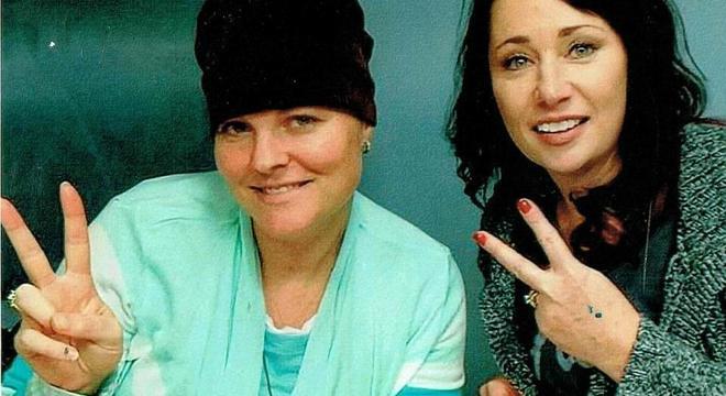 1 - Mulher adotou as 4 filhas de sua melhor amiga que faleceu com câncer no cérebro