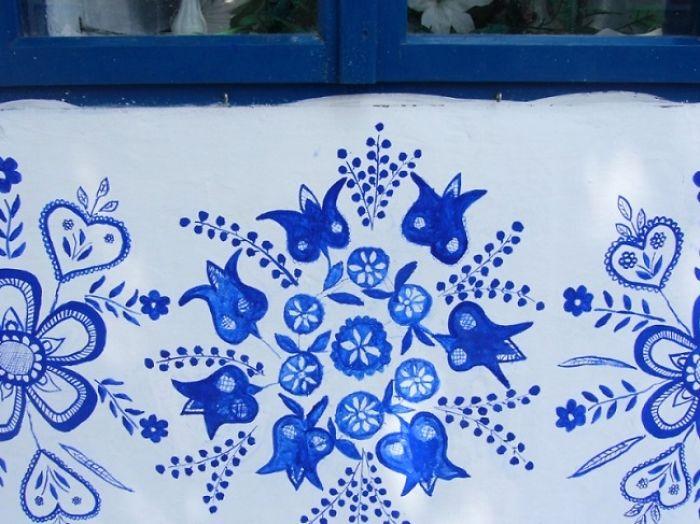 10 - Avó tcheca de 90 anos transforma pequena vila em sua galeria de arte pintando flores em suas casas