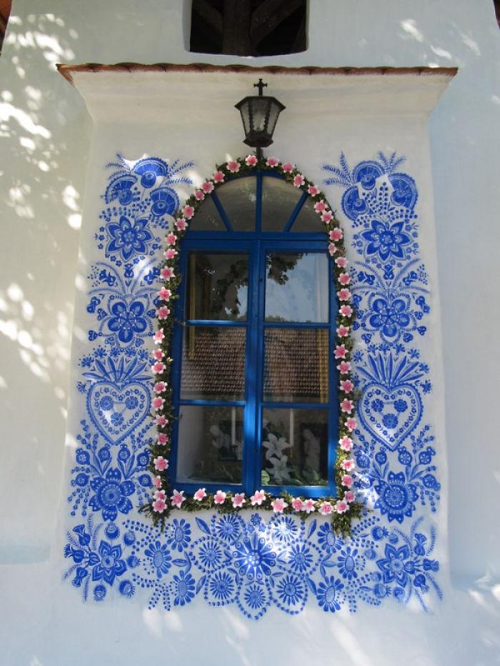 11 - Avó tcheca de 90 anos transforma pequena vila em sua galeria de arte pintando flores em suas casas