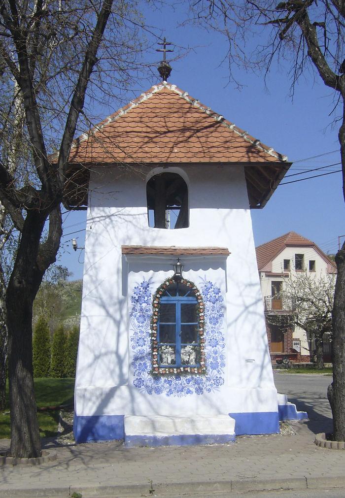 12 - Avó tcheca de 90 anos transforma pequena vila em sua galeria de arte pintando flores em suas casas
