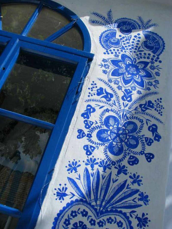13 - Avó tcheca de 90 anos transforma pequena vila em sua galeria de arte pintando flores em suas casas