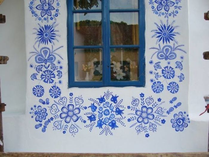14 - Avó tcheca de 90 anos transforma pequena vila em sua galeria de arte pintando flores em suas casas