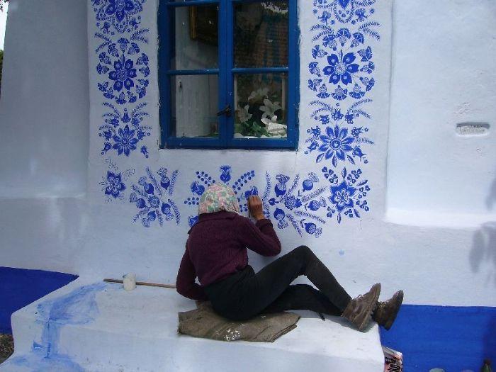 16 - Avó tcheca de 90 anos transforma pequena vila em sua galeria de arte pintando flores em suas casas
