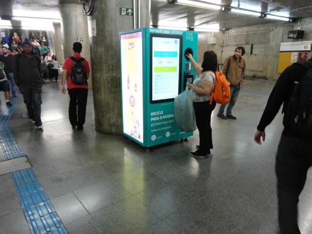 2 2 - São Paulo dá início a projeto que troca garrafa pet por crédito em transporte público