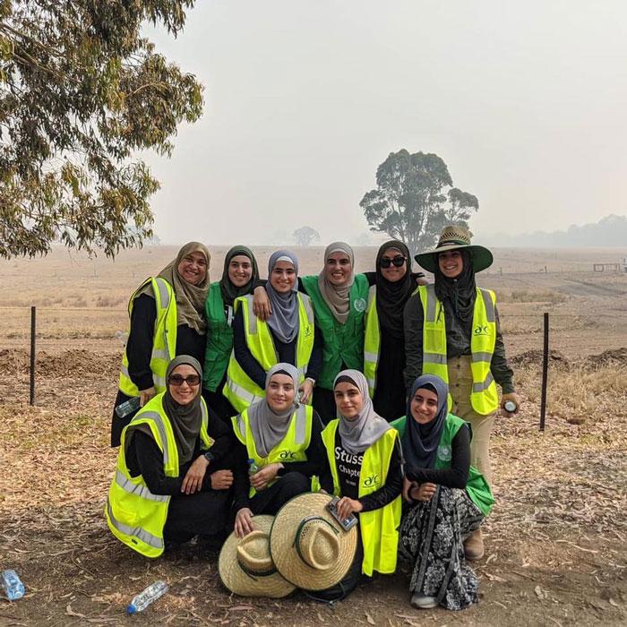 2 5 - Comunidade muçulmana traz 5 caminhões de suprimentos e cozinha refeições para bombeiros exaustos na Austrália