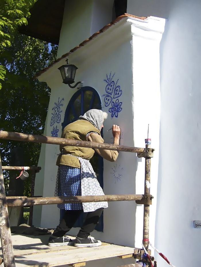 2 9 - Avó tcheca de 90 anos transforma pequena vila em sua galeria de arte pintando flores em suas casas