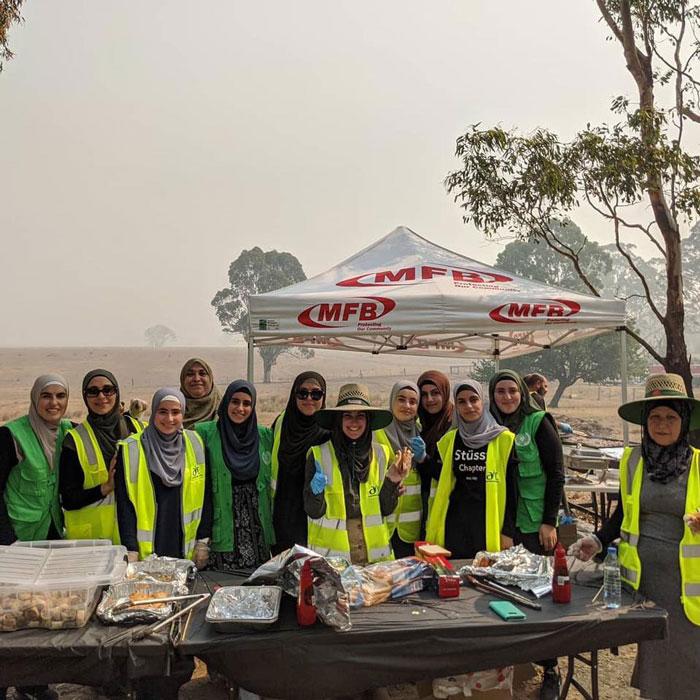 3 5 - Comunidade muçulmana traz 5 caminhões de suprimentos e cozinha refeições para bombeiros exaustos na Austrália