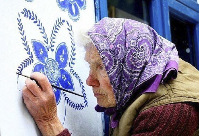 3 8 - Avó tcheca de 90 anos transforma pequena vila em sua galeria de arte pintando flores em suas casas