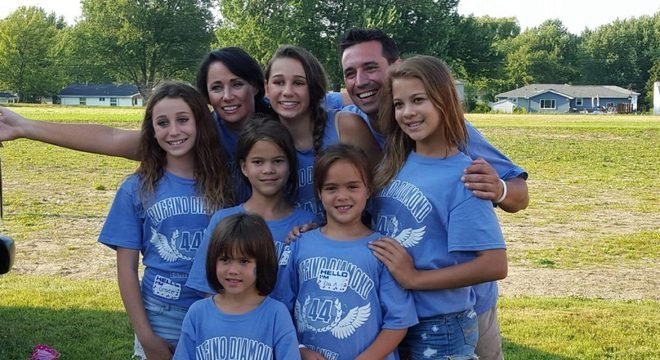 3 - Mulher adotou as 4 filhas de sua melhor amiga que faleceu com câncer no cérebro