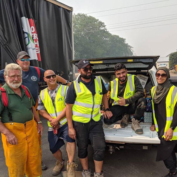 4 6 - Comunidade muçulmana traz 5 caminhões de suprimentos e cozinha refeições para bombeiros exaustos na Austrália