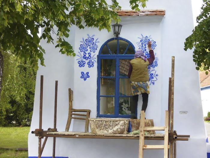 4 7 - Avó tcheca de 90 anos transforma pequena vila em sua galeria de arte pintando flores em suas casas