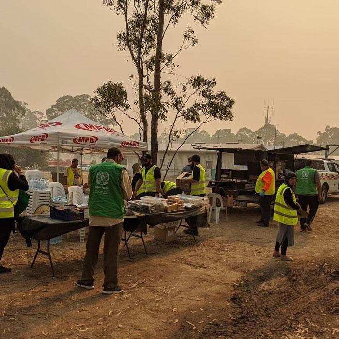 5 3 - Comunidade muçulmana traz 5 caminhões de suprimentos e cozinha refeições para bombeiros exaustos na Austrália