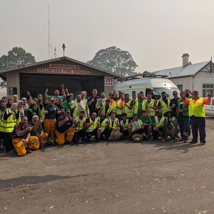 6 1 2 - Comunidade muçulmana traz 5 caminhões de suprimentos e cozinha refeições para bombeiros exaustos na Austrália