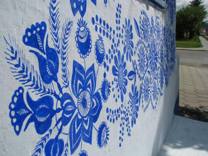 6 1 3 - Avó tcheca de 90 anos transforma pequena vila em sua galeria de arte pintando flores em suas casas