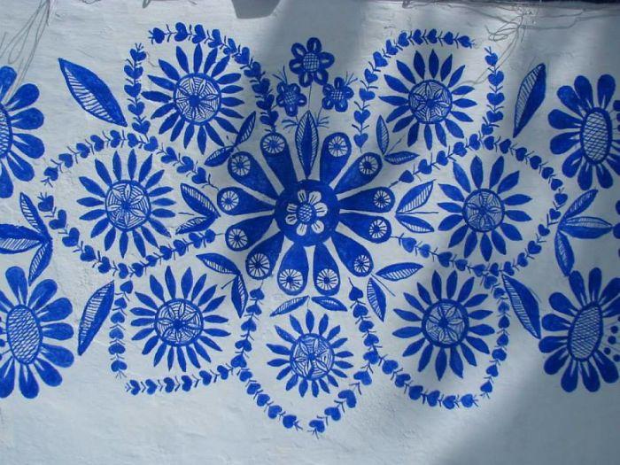 8 - Avó tcheca de 90 anos transforma pequena vila em sua galeria de arte pintando flores em suas casas