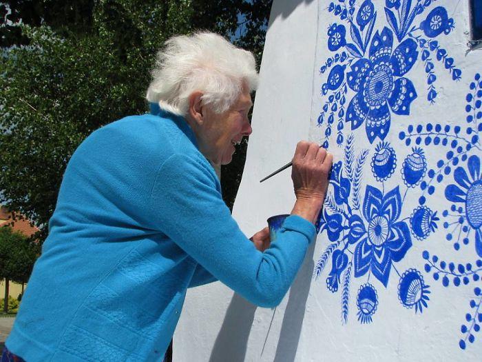 9 - Avó tcheca de 90 anos transforma pequena vila em sua galeria de arte pintando flores em suas casas