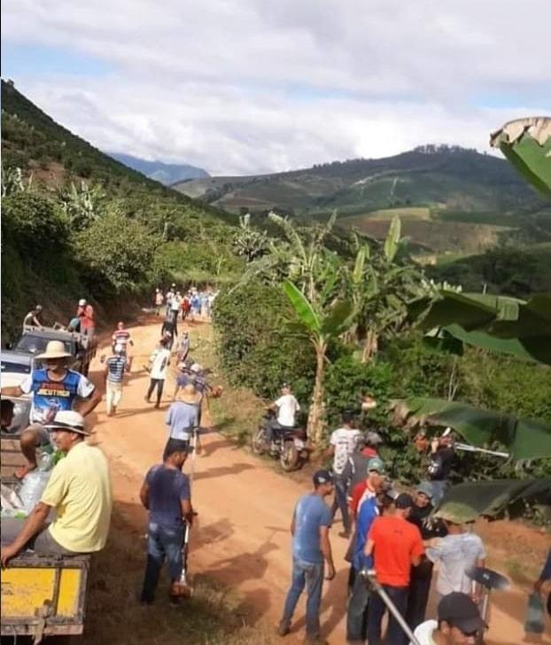 Lavoura 2 - Pessoas fazem mutirão para cuidar da plantação de um vizinho que precisou parar com os trabalhos para cuidar da saúde de suas filhas