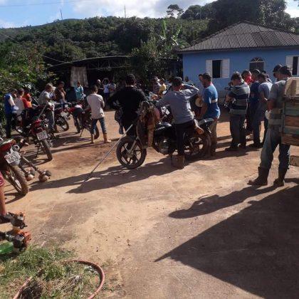 Lavoura 3 - Pessoas fazem mutirão para cuidar da plantação de um vizinho que precisou parar com os trabalhos para cuidar da saúde de suas filhas