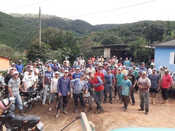 Voluntários Lavoura 1 - Pessoas fazem mutirão para cuidar da plantação de um vizinho que precisou parar com os trabalhos para cuidar da saúde de suas filhas