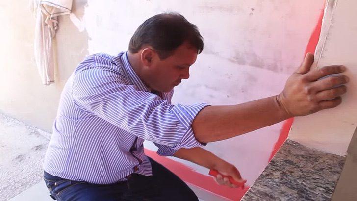 1 1 - Pastor usa o dízimo de sua igreja para construir casas para pessoas pobres. Ele mesmo as constrói