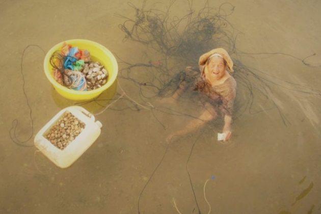 1 2 1 - Mãe de 85 anos pesca o dia todo para comprar remédios para sua filha doente