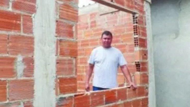 2 1 - Pastor usa o dízimo de sua igreja para construir casas para pessoas pobres. Ele mesmo as constrói