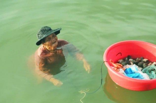 2 2 1 - Mãe de 85 anos pesca o dia todo para comprar remédios para sua filha doente