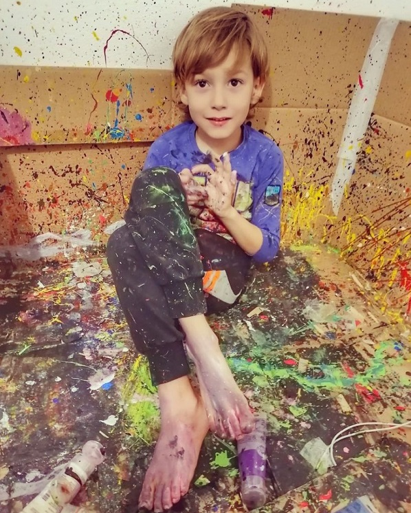 """2 2 6 - Pai postou com orgulho: """"Meu filho tem Autismo e se expressa através da pintura, e eis aqui algumas obras de arte dele""""."""