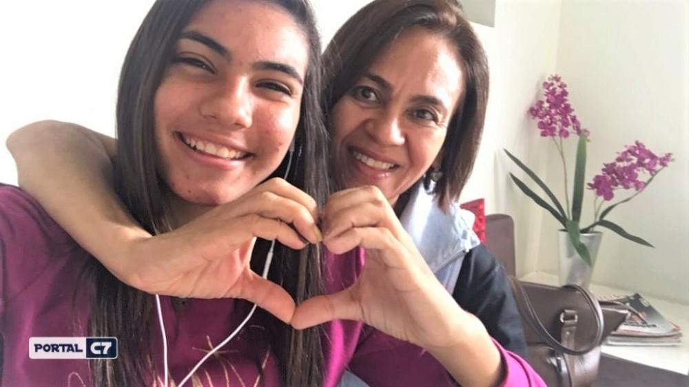 """Gabriela e sua mãe - Uma adolescente recolhe latinhas para ajudar a pagar o tratamento da mãe: """"única forma que eu achei"""""""