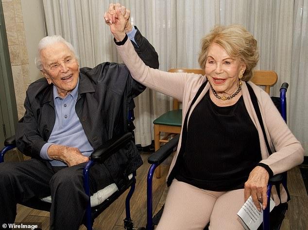 Kirk e a esposa - Kirk Douglas morre aos 103 anos - Uma lenda de Hollywood
