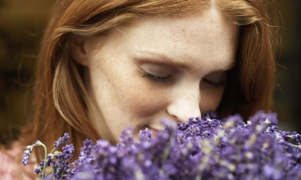 Mulher a as flores - As pessoas boas não mudam porque pensam com o coração
