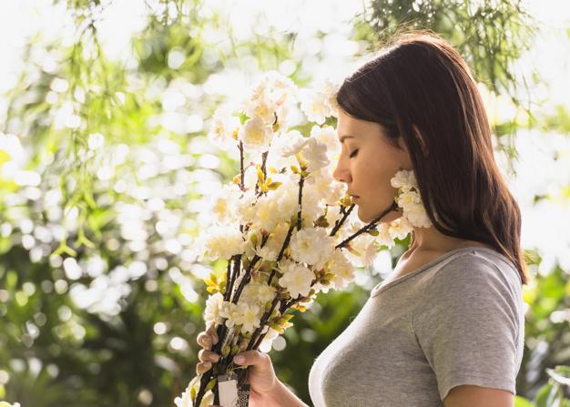 Mulher e as flores brancas - As pessoas boas não mudam porque pensam com o coração