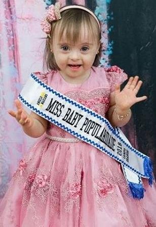Nicolly 1 - Com 3 anos de idade menina com síndrome de down conquistou 5 títulos em torneios de beleza