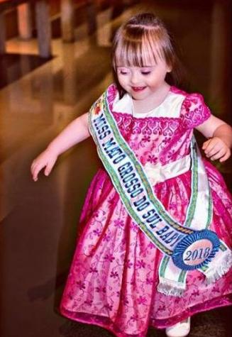 Nicolly 2 - Com 3 anos de idade menina com síndrome de down conquistou 5 títulos em torneios de beleza