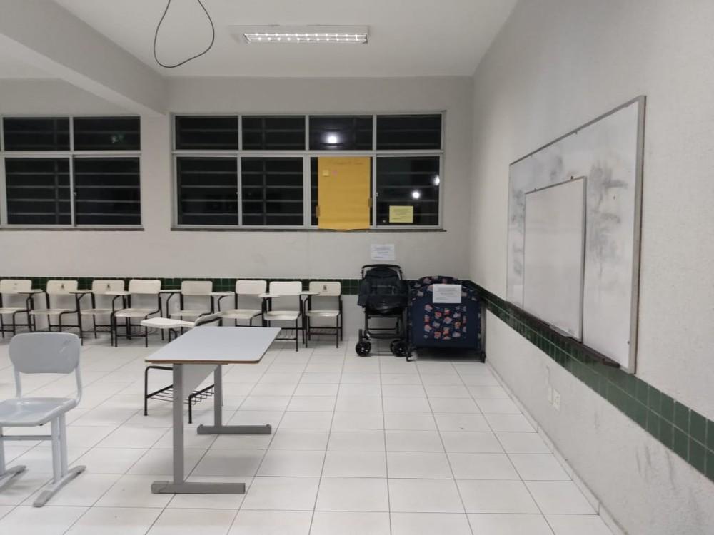 berco - Alunos montaram berçário na sala de aula para pais cuidarem de suas crianças durante o curso de PÓS no Ceará
