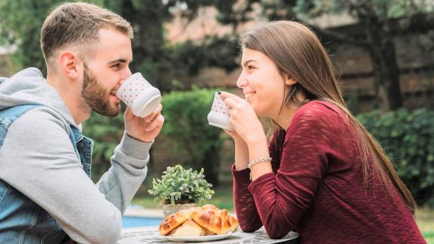 jovem casal apaixonado tomando cafe - Conhecer alguém é maravilhoso, mas se conectar é mágico