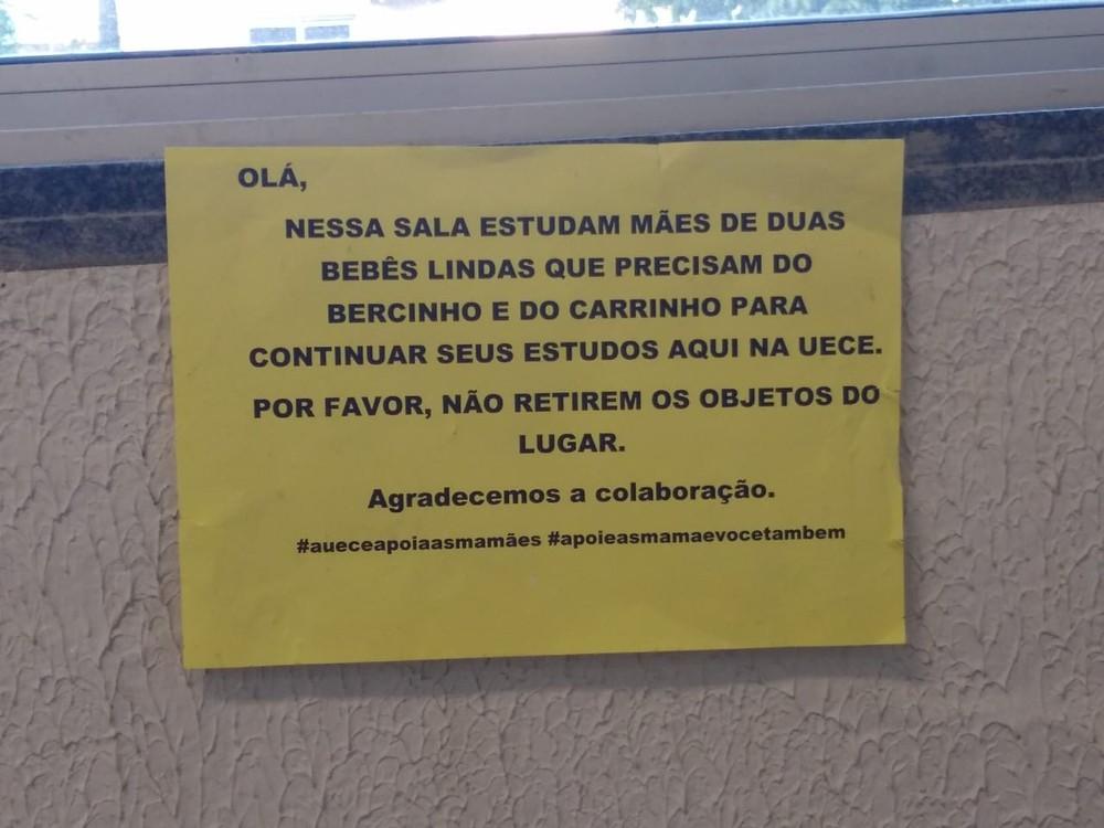 placa - Alunos montaram berçário na sala de aula para pais cuidarem de suas crianças durante o curso de PÓS no Ceará
