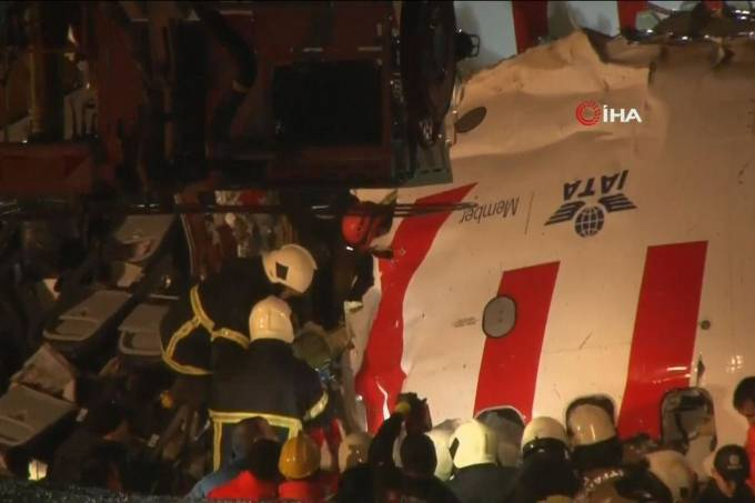skynews plane turkey 4912236 - Avião com 183 passageiros partiu-se em três pedaços ao aterrissar em Istambul