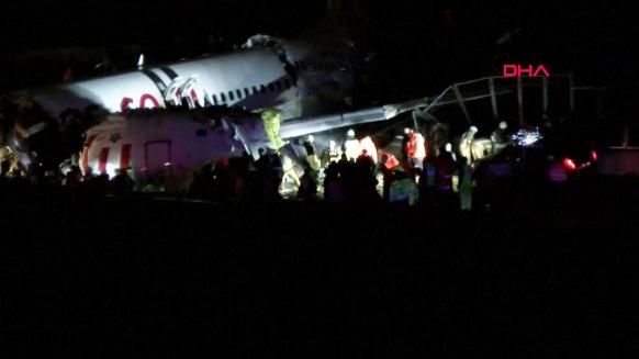 skynews turkey plane crash 4912214 - Avião com 183 passageiros partiu-se em três pedaços ao aterrissar em Istambul