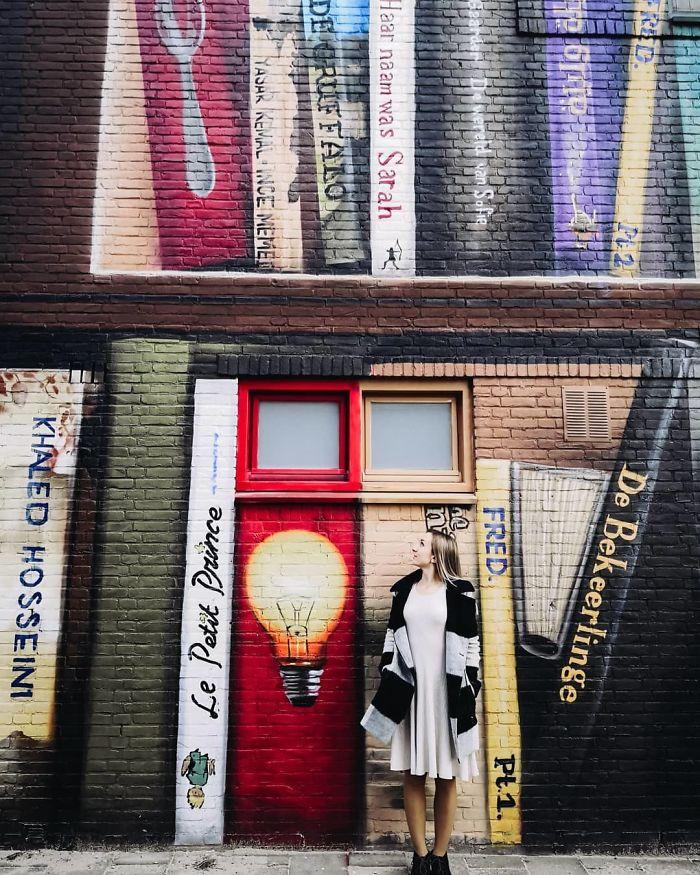 Bv6IZj7J9bG png  700 - Artistas holandeses pintam estante gigante em um prédio de apartamentos com os livros favoritos dos moradores