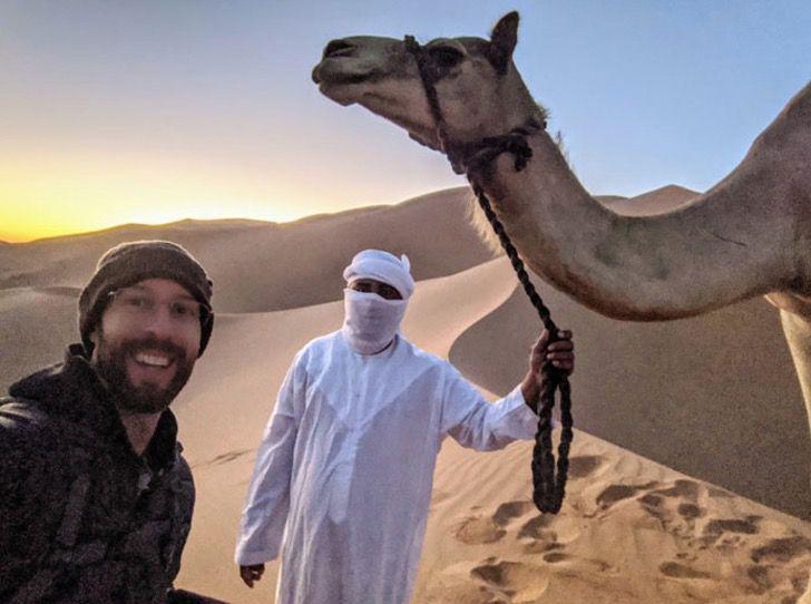 Captura de Pantalla 2020 01 27 a las 10.52.11 - Fotógrafo capturou a imagem perfeita de um homem e um camelo sob um eclipse lunar.