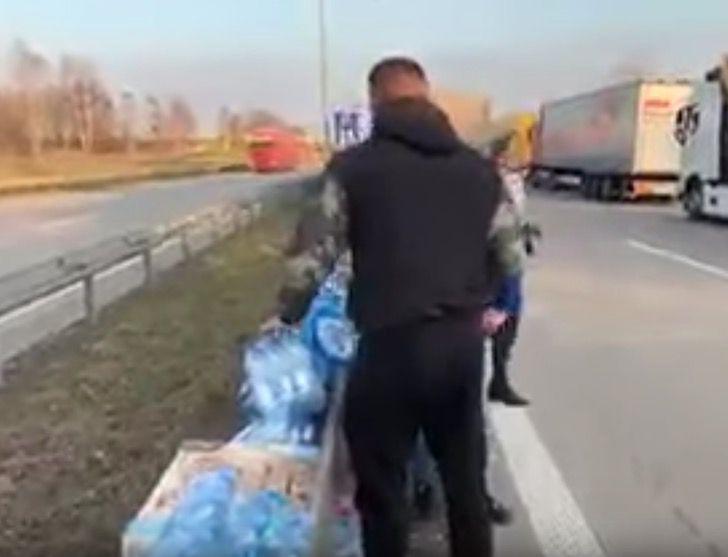 """Captura de Pantalla 2020 03 25 a las 11.46.28 - Em ato digno de aplausos, população deixa comida na estrada para os caminhoneiros: """"solidariedade na crise"""""""