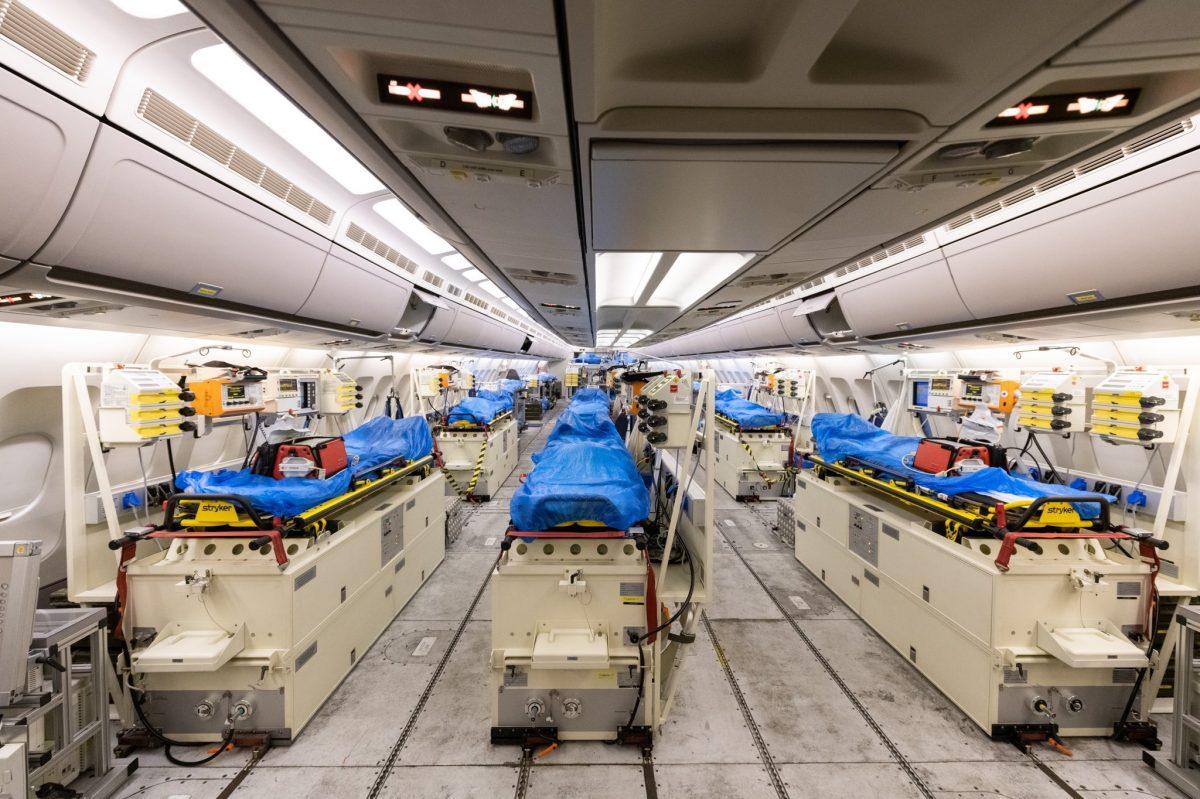 """b EUMNzpxXkAAUs5A 2 scaled - Alemanha transformou um Airbus A310 em uma """"UTI high-tech com asas"""" e busca pacientes com coronavírus na Itália para serem tratados em seu país (fotos)"""
