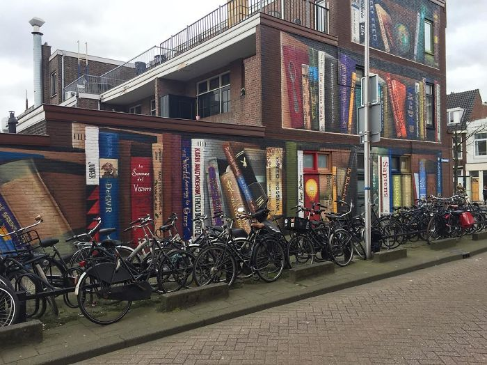 street art utrecht apartment building transformed into bookcase jan is de man 5cadbddb75aef  700 - Artistas holandeses pintam estante gigante em um prédio de apartamentos com os livros favoritos dos moradores